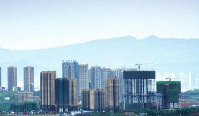 4月5日,大雨过后,成都城东方向,龙泉山脉清晰可见。 摄影杨涛
