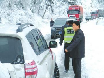 省道205线突降大雪车辆被困,交警救援。图由交警提供