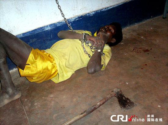 2013年4月4日,印度Chhattisgarh,35岁的Pandu Nagesia被关押在拘留所内。警方称,这名男子在妻子离开后就精神异常,用斧头砍死了4名妇女,5名女孩。