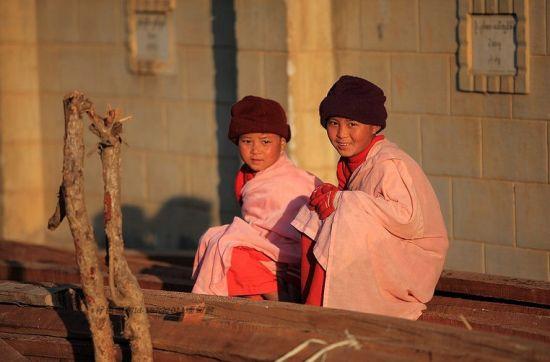 缅甸佛光圣洁耀眼粉袍尼姑与赤脚和尚