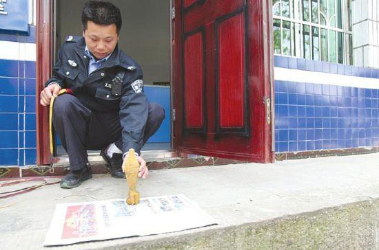 民警正在测量炮弹。