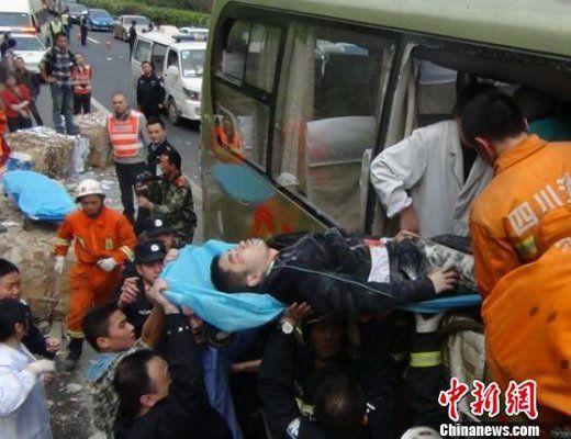 事故现场救援人员正在营救一名重伤者。 乐晓轩 摄