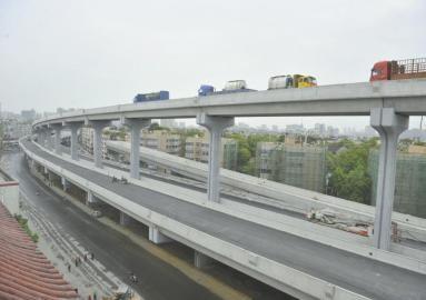 4月9日,成都二环路成温立交桥,二环路防撞护栏全线安装完毕。