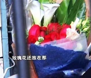 """小伙接连数天送花 成都50岁""""玫瑰阿姨""""走红网络"""