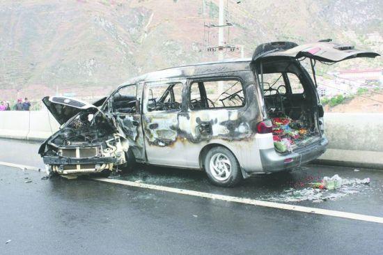 4月13日,雅西高速汉源段,两车相撞后起火烧成光架架 汉源消防供图