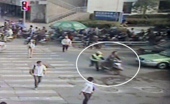 4月15日,天网拍下电马儿拖行女交警的一幕。