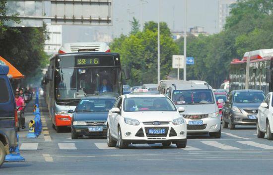 4月16日,成都一环路人民北路路口一辆私家车占用公交道路直行。