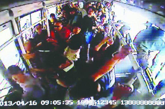 乘客跳窗瞬间 视频截图