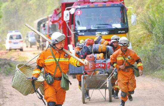 4月18日,仁寿县黑龙滩,第一支抵达地震防灾演练现场的乐山消防队正徒步前往事发现场