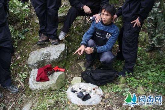 犯罪嫌疑人在藏枪支地点指认现场