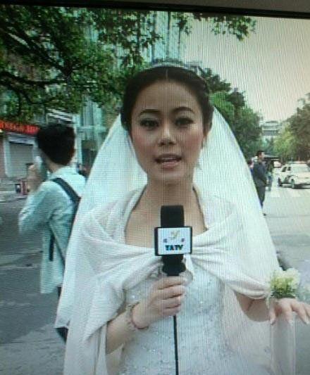 雅安当地主播着婚纱播报灾情