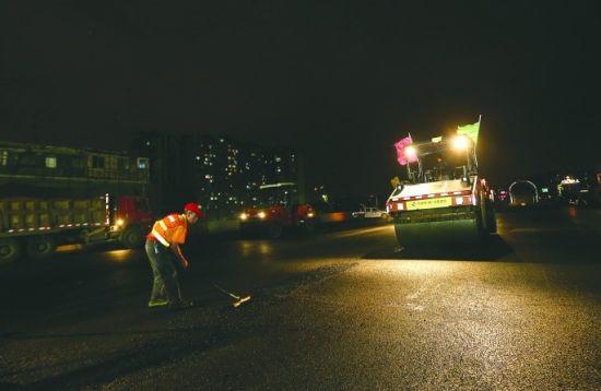 昨晚,二环路解放路路口铺设东半环最后一段桥面沥青 摄影记者 张士博