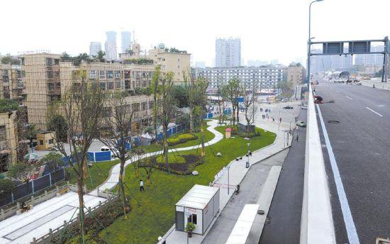 """5月7日,二环路东五段,二环路""""双快""""改造工程配套小游园已呈现。"""