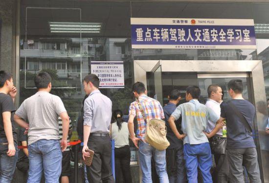 5月7日,成都交警三分局,前一天张贴的告示已揭去。