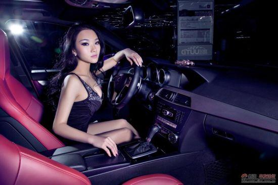美胸女郎浪漫邂逅紫色豪车