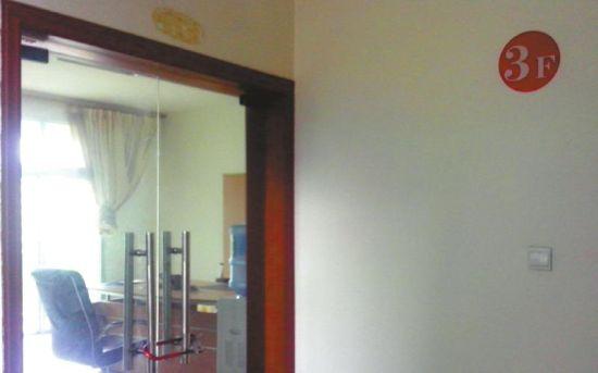 开发商办公室门窗紧闭。