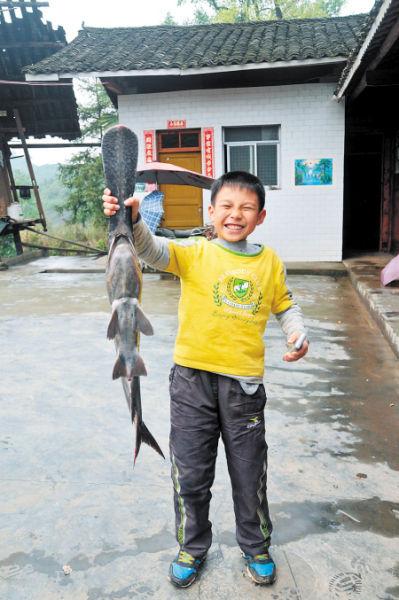 鸭嘴鲟与这名小朋友几乎一样高。张子平 朱炎皇 摄影报道