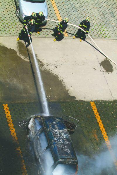 消防人员10分钟控制住火势
