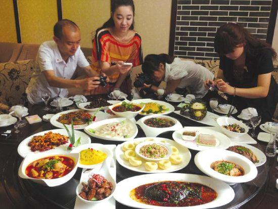 食客们纷纷对全素宴菜品进行拍照。