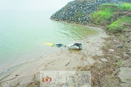被扔进黄河里的赵志洋,上半身被一个黄色的编织袋套住。