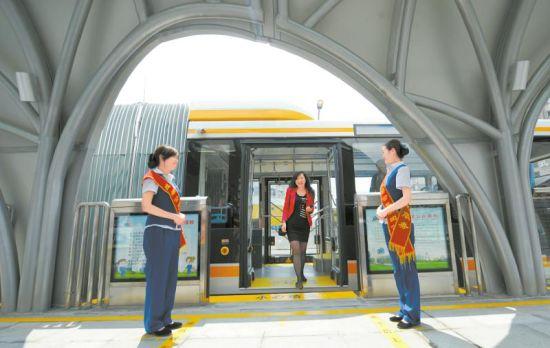 15日,二环路快速公交少陵路站停靠首辆快速公交车,供市民参观体验。