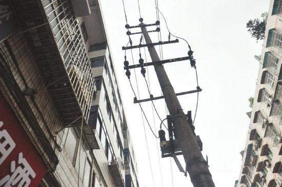 出事地点的窗外与街边电杆距离很近。
