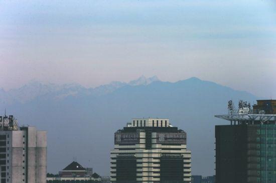 前几日冷空气影响后,昨日成都的空气清洁度特别高,能望见远处的雪山在晨光中发出金色的光芒。   成都商报摄影记者 刘畅