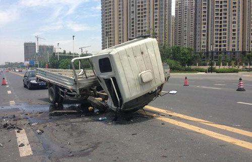 货车受伤严重,车头已被掀翻