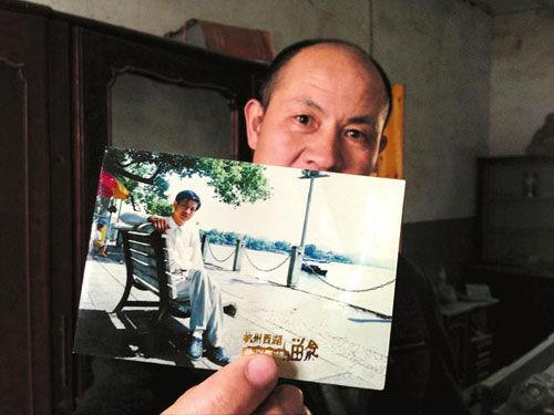 无罪释放后,张高平拿着自己年轻时的照片,感叹现在已衰老