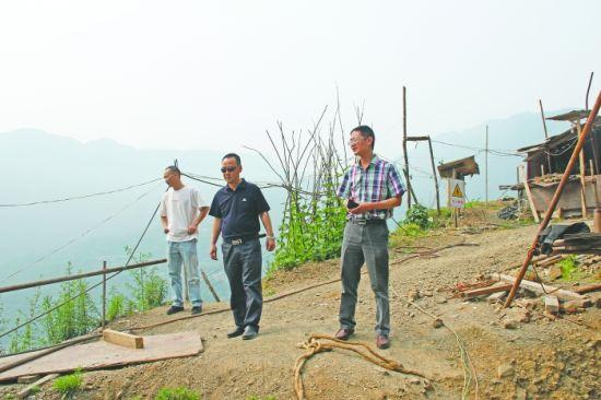 最后一眼 兰辉(右一)昨日下乡检查道路交通和安全生产工作,15时许意外跌入唐家山堰塞湖,因公殉职