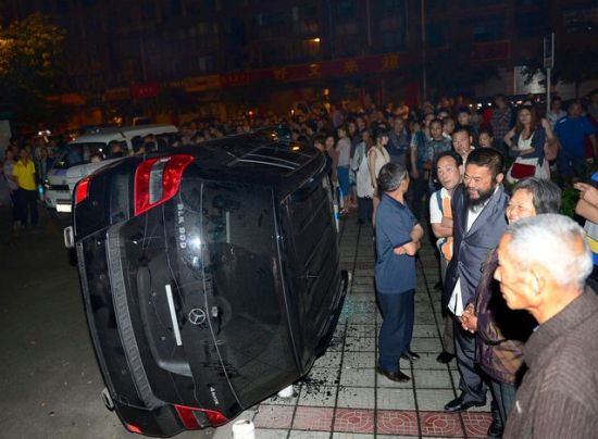 2013年05月26日,四川省成都市,被市民掀翻的奔驰车。当晚凌晨,新都大丰北延新居A区发生一起涉枪案件(持枪抢劫麻将客),由于其中一名当事人机警逃脱并呼救,致使枪匪反被生擒。