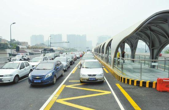 5月23日上午,成都新二环路体验活动,数十位市民尝鲜试驾