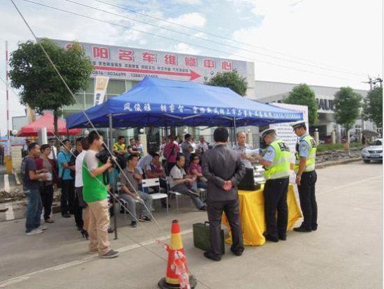 交警大队的交警同志现场对新交规和驾车安全进行小常识普及