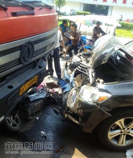 宜宾电动车出车祸被挤成铁饼