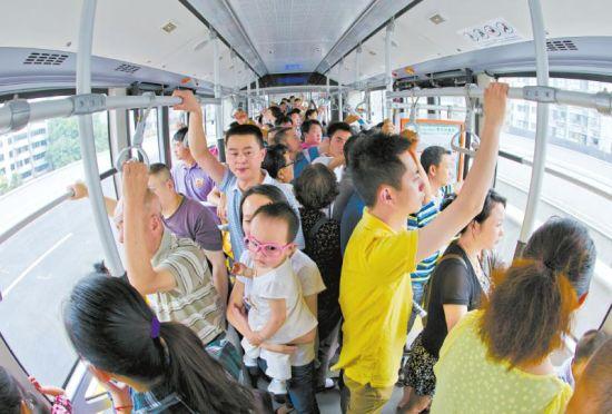 5月31日,二环路快速公交开行,市民纷纷赶来尝鲜