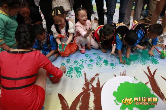 四川新闻网汶川5月31日讯(伍排勇 记者 张进春)在六一国际儿童节来临之际。5月31日下午,汶川县举行庆六一少年儿童主题绘画活动,来自全县中小学的500余名少年儿童,通过手中的画笔,描绘出了一幅美丽汶川中国梦。   主题绘画分为四个方面,整个画卷共61米长,共分为,大禹故里、熊猫家园、羌绣之乡、美丽汶川四个篇章。孩子们通过手中的画笔勾勒出了美丽汶川中国梦。