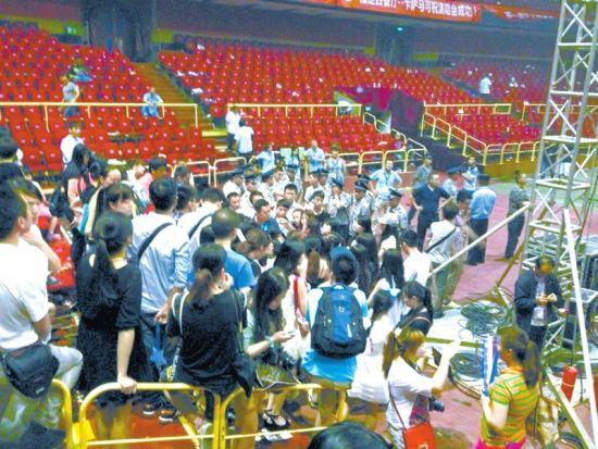 5月31日晚,歌迷向现场工作人员讨说法。图由受访者提供