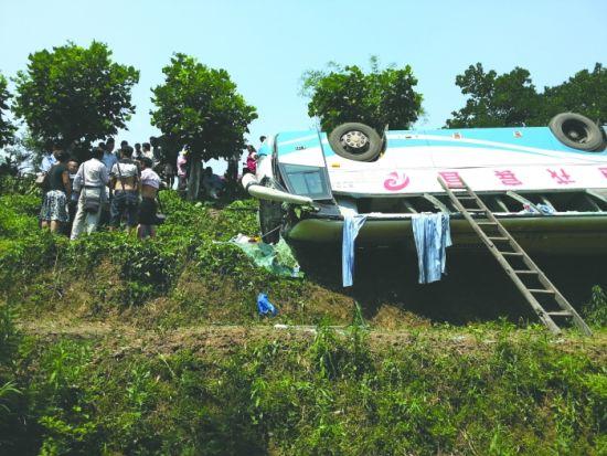 村民搭木梯救出被困人员