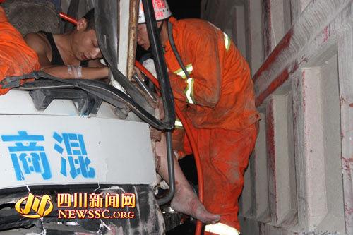 消防队员设法施救被困驾驶员