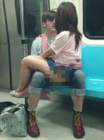 """台北地铁7日凌晨出现一名外国男子当众抚摸一名台湾女子下半身,有网友将过程录下贴上网,许多人看完后都痛骂2人""""无耻""""。 图片来源:网络"""