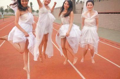 蚊帐废物利用改婚纱步骤 所需材料:蚊帐一条,紫色纸,一条打底裙,小