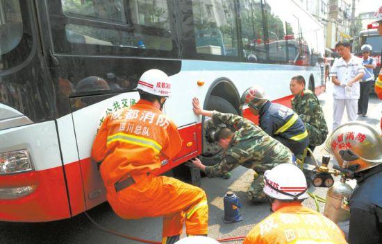 6月12日,成都双清南路和战旗东路交叉的十字路口发生车祸,婆孙被卡在车下,消防员紧急施救。