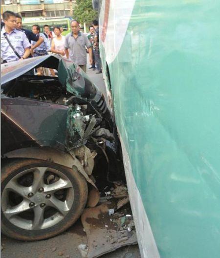 小轿车撞在公交车后轮上,自身受损严重。
