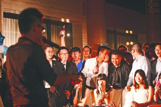 昨晚,成都七中的毕业生们在自己策划的毕业舞会上狂欢 摄影记者 刘畅