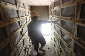 6月18日,常德市鼎城区丁家港乡,村民介绍这些非法养殖眼镜蛇的笼箱。图/记者华剑