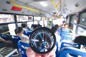 昨天,公交754路车内温度34℃,车内没有开空调,显得很闷热