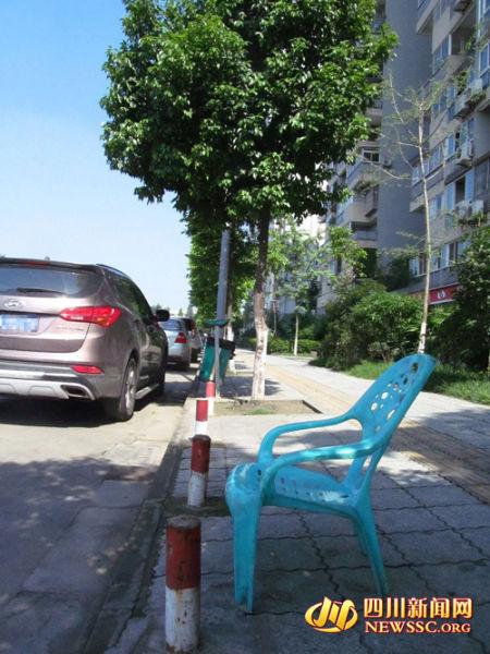 据附近居民介绍,平常这个时候停车场的值班人员早就在这里等着收钱,今天整个停车场空无一人