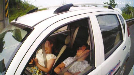 驾乘人员在车内补觉