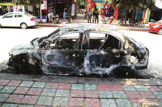 被烧毁的车辆左侧全貌。图据警方