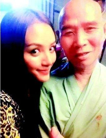 66岁李伯清为90后美女写情歌
